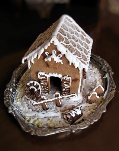 Casetta di natale in biscott con cioccolato e glassa