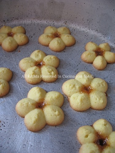 Fiorellini realizzati con sparabiscotti, ricetta facile