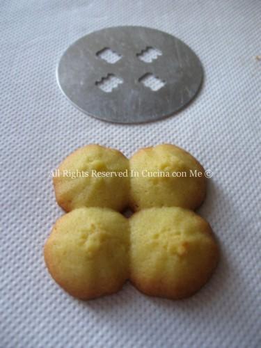 Dischetto e relativo biscotto fatto con la sparabiscotti