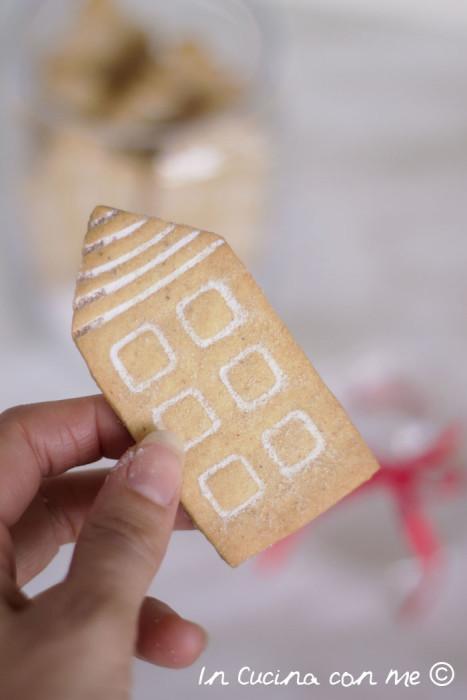 Biscotto a forma di casetta innevata