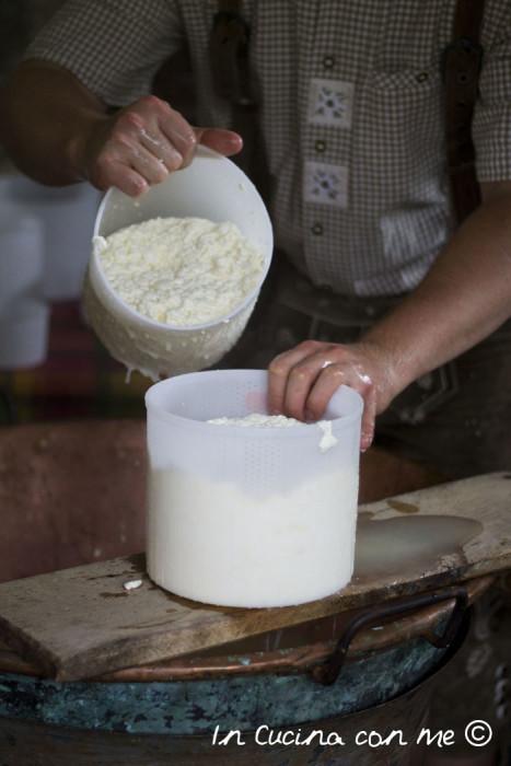 Formatura-formaggio-nei-cestelli-