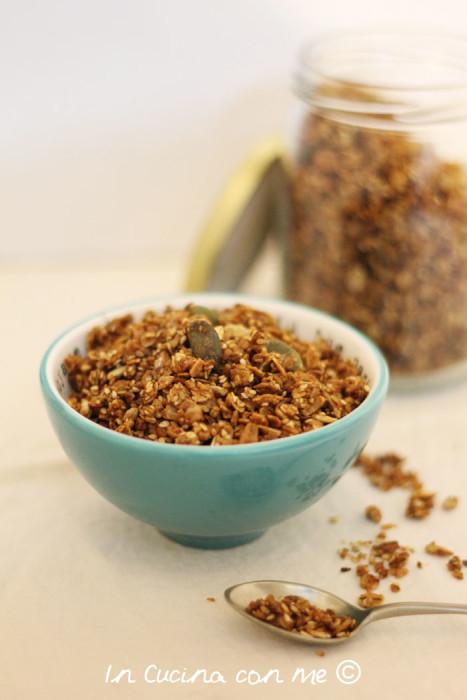 Granola salata ideale da gustare al naturale come aperitivo o nelle zuppe.