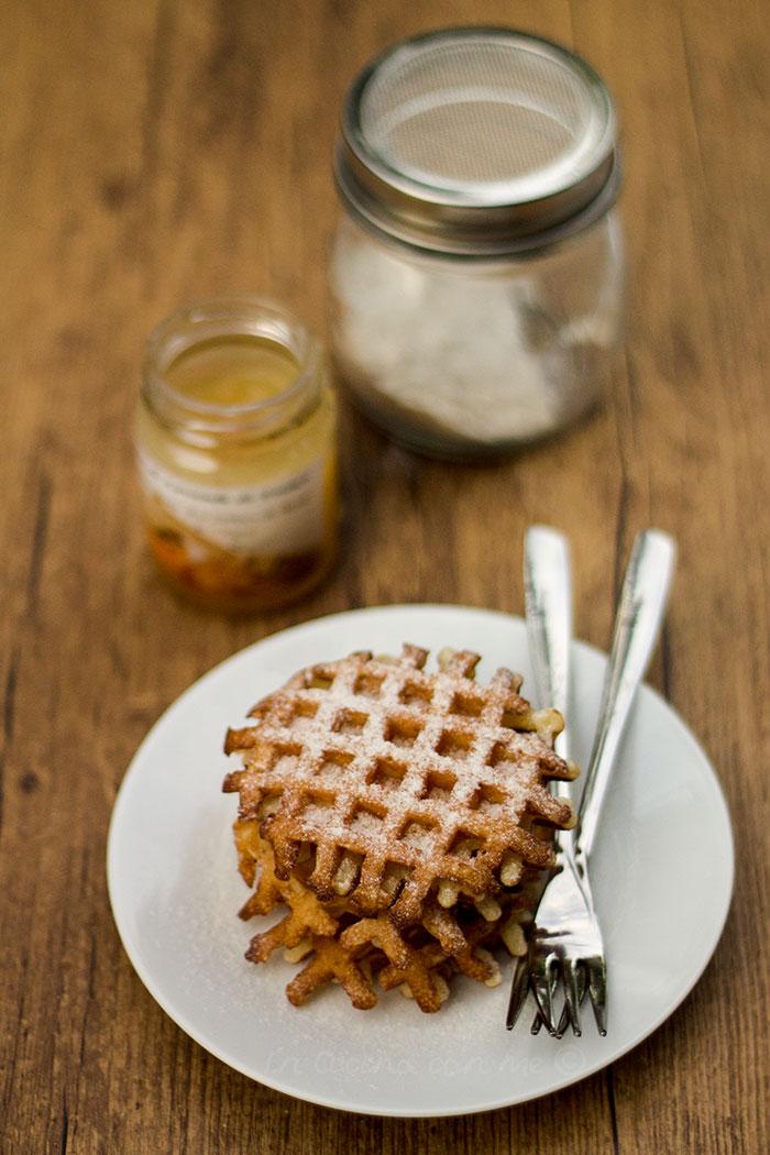 Waffle croccanti con zucchero a velo