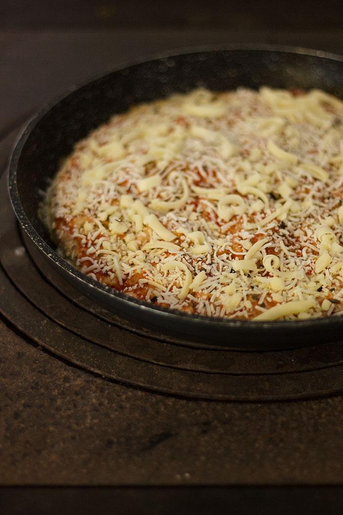 Pizza di crepes in cottura
