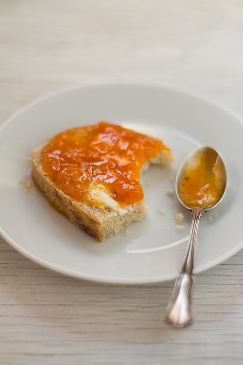 Confettura di albicocche su pane fatto in casa