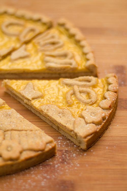Fetta di crostata alle mandorle con crema al miele
