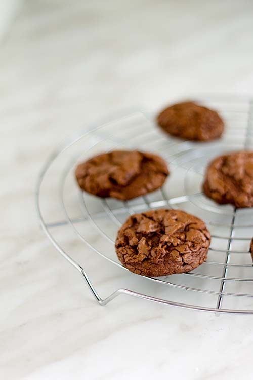 Biscotti al cioccolato effetto craquele - Brownie crinkle cookies