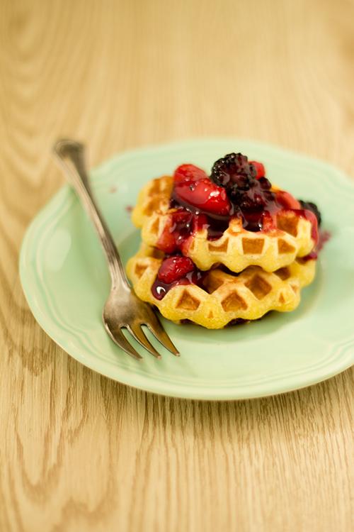 Waffle allo yogurt con salsa alle fragole e more