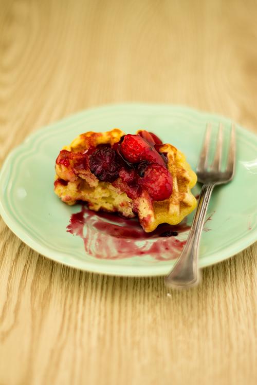 Waffle allo yogurt con salsa alle fragole e more di gelso