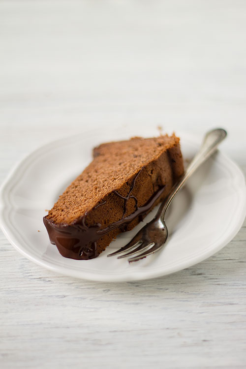 Fetta di torta al cacao con confettura di ciliegie