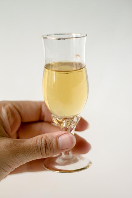Il nespolino, il liquore con i noccioli di nespola del babbo