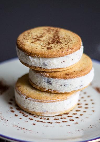 Biscotto gelato alla ricotta con gocce di cioccolato - In Cucina con Me
