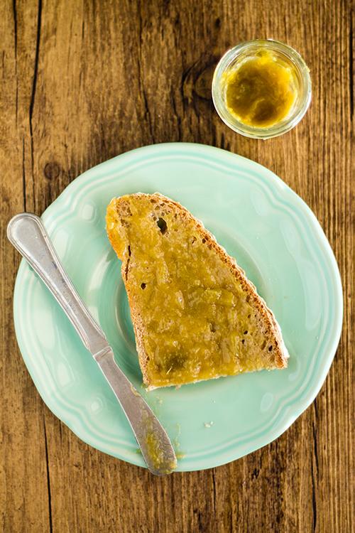 Pane e confettura di rabarbaro